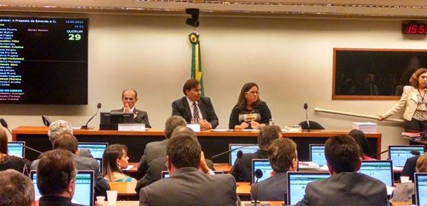 O relator da reforma política, deputado Marcelo Castro (PMDB-PI), à esq., ao lado do presidente da comissão especial, deputado Rodrigo Maia (DEM-RJ) (Foto: Laís Alegretti/G1)