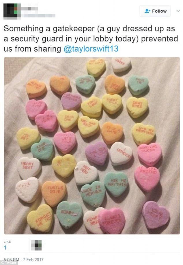 """Obsessivo: Em um tweet de 7 de fevereiro, ele havia escrito: """"Algo um porteiro (um cara vestido como um guarda de segurança em seu lobby hoje) nos impediu de compartilhar @ taylorswift13"""" acima de uma foto de vários corações de doces, um dos quais lido : 'HOT NOW'"""