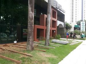 Estabelecimento também tentam se protejer contra vandalismo (Foto: Luiz Alberto Fonseca/G1)
