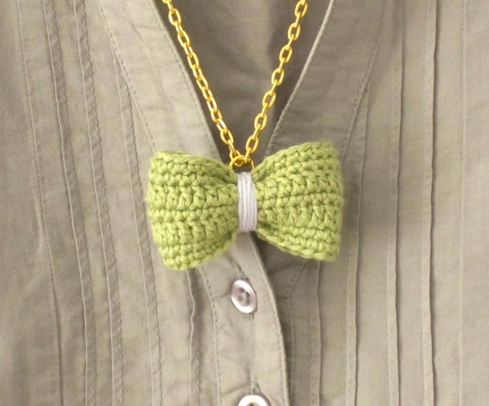 Crochet bow pendant. Moss green and lavender cotton yarn. - sidirom