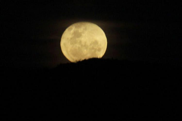 O momento em que a lua estará mais próxima da Terra será às 19h09