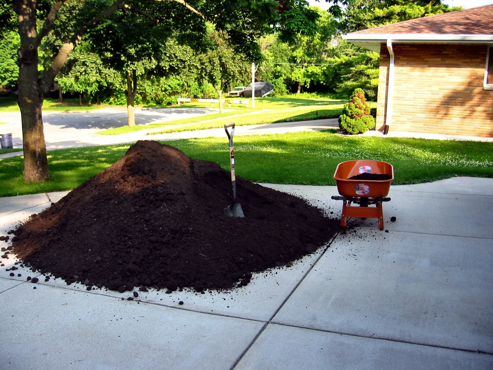 Five Cubic Yards of Top Soil - Milwaukee, Wisconsin - June 2009 - photos by Mike Fisk - soul-amp.com