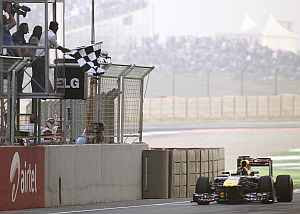 Sachin Tendulkar waves the chequered flag as Sebastian Vettel wins the Indian GP on Sunday