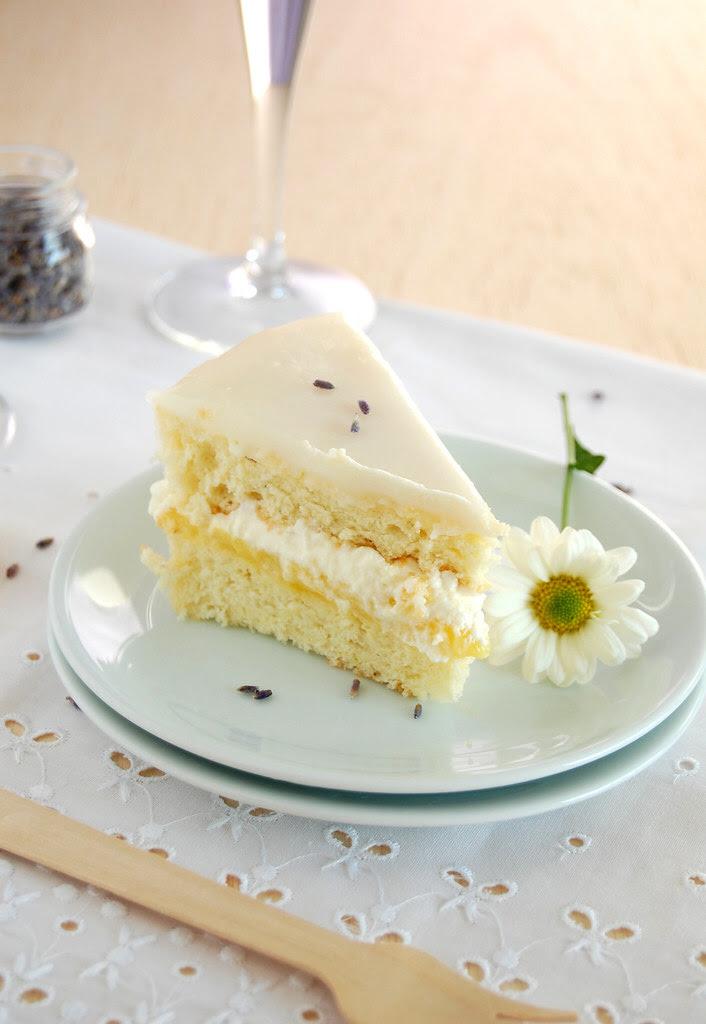 Lavender chiffon cake with lime curd, cream and lime icing / Bolo chiffon de lavanda com curd de limão, chantilly e casquinha açucarada de limão