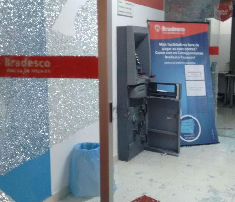 Caixa eletrônico do Bradesco que também foi explodido pelos assaltantes em Vázea Nova (Foto: Blog Agmar Rios)