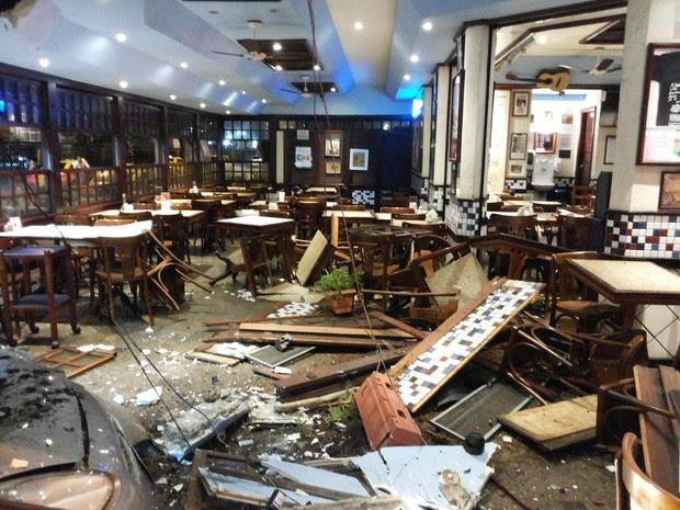 Carro causou estragos no interior de restaurante (Foto: Andressa Gonçalves / G1)