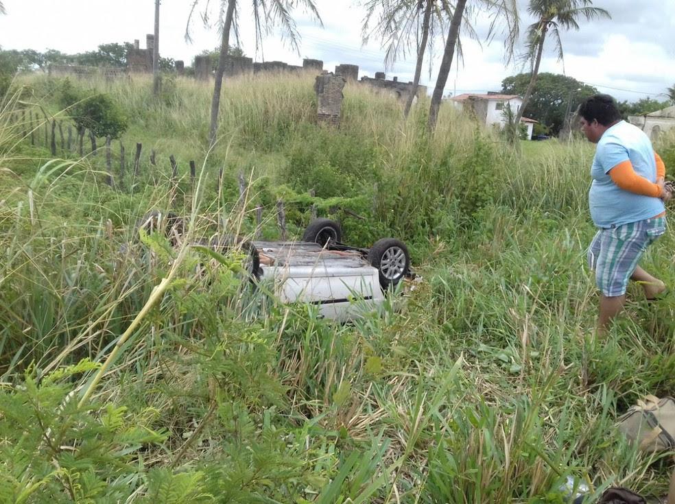 Curiosos foram ver estado do carro capotado. Ninguém ficou ferido no acidente.  (Foto: Ediana Miralha/ Intertv Cabugi)