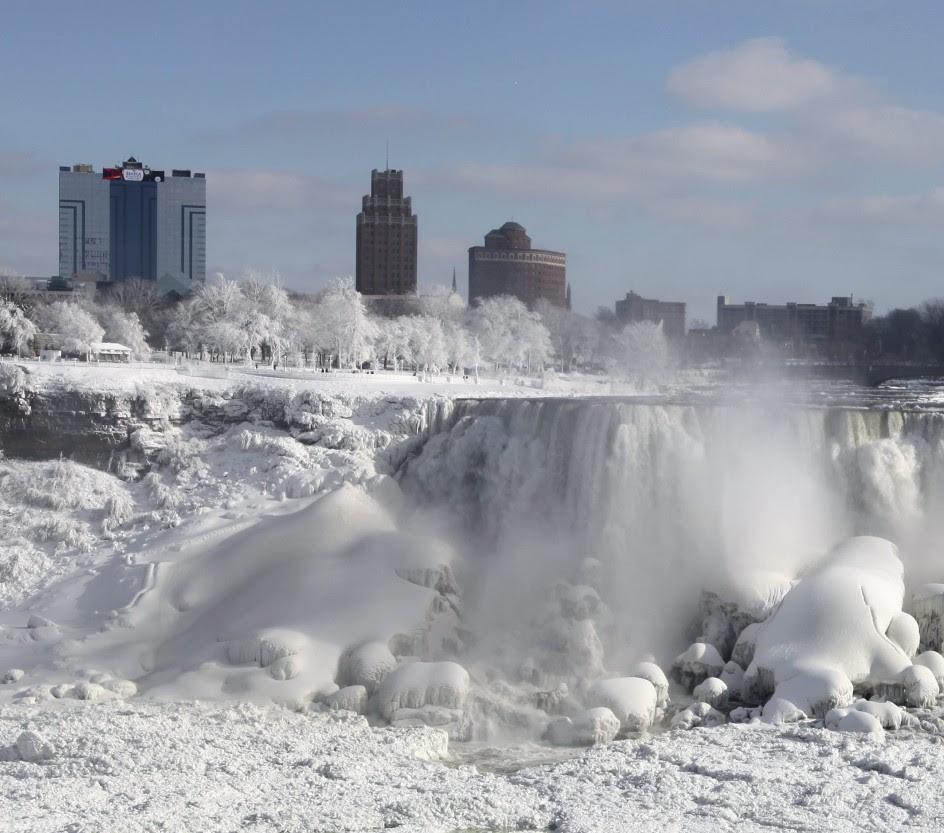 El hielo cubre las cataratas del Niágara