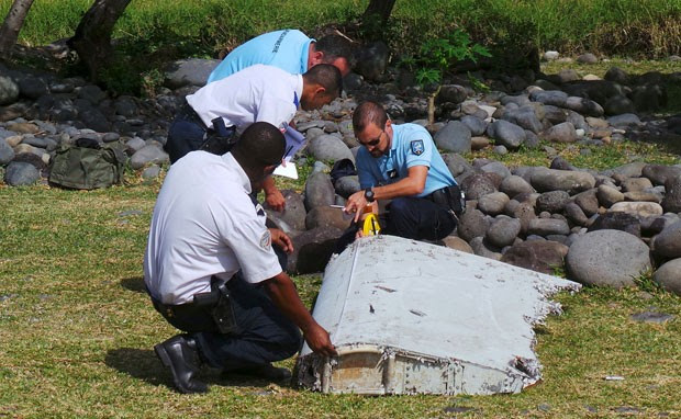 Autoridades francesas analisam suposta parte de avião da Malaysia Airlines, na ilha de Reunião, nesta quinta-feira (30) (Foto: Zinfos974/Prisca Bigot/Reuters)