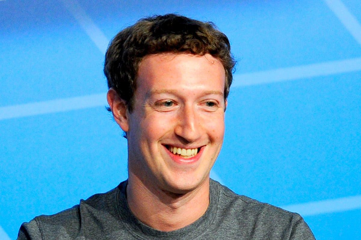 Bên cạnh riêng tư, Zuckerberg bỏ tiền của mình vào việc cố gắng để làm cho thế giới một nơi tốt đẹp hơn. Ngài đã tặng $ 992,000,000 cho Silicon Valley Community Foundation vào năm 2013 và 75 triệu USD để Bệnh viện Đa khoa San Francisco vào năm 2014.