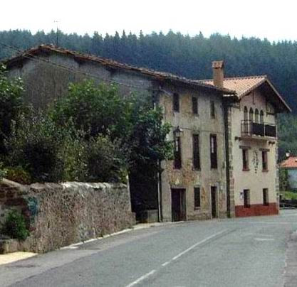 Situación en 2003 de ambas casas: al fondo la de ella.
