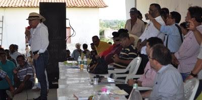 Deputado Fernando Furtado, (PC do B), representante do governo estadual, defende em discurso, os produtores rurais.