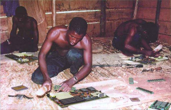 Linha africana de montagem de computadores