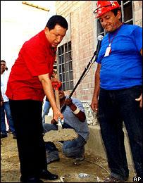 Hugo Chávez lanzando uno de los programas sociales de su gobierno.