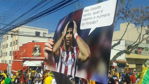 Cartaz com provocação a Diego Costa, antes de Espanha x Austrália, em Curitiba