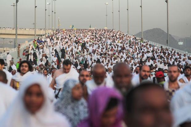 Milhares de peregrinos seguem para jogar pedras em um pilar que simboliza Satã durante o último ritual do hajj, em Mina, do lado de fora de Meca, nesta quinta-feira (24), antes de uma confusão que matou centenas de pessoas no local (Foto: Mosa'ab Elshamy/AP)