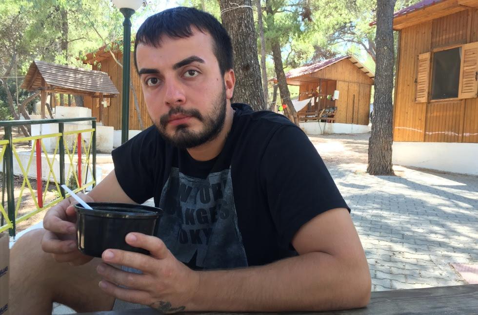 Hussien Fattoum, en la plaza del campo de refugiados de Lavrio