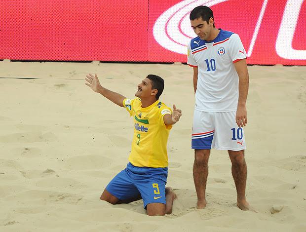 futebol de areia andré brasil chile (Foto: Diego Mendes / CBBS)