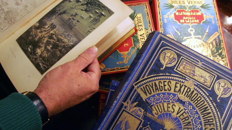 Des exemplaires des œuvres de Jules Verne décorés par Hetzel, en 2006.