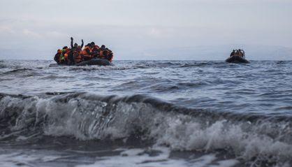 Un bote de refugiados se acerca a la isla de Lesbos.
