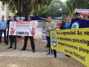 Manifestantes reclamaram as agressões físicas e verbais sofridas dentros das unidades prisionais (Foto: Heloise Hamada/G1)