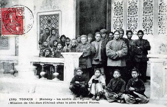 tonkin - moncay - la sortie de l'église - mission de chi-zan (chine) chez le père grand pierre