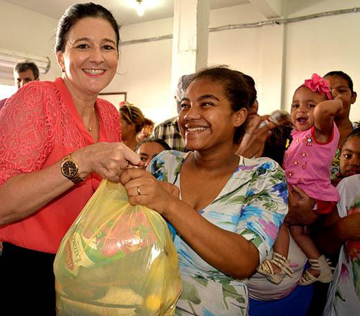 Prefeita acompanhou distribuição de peixes e alimentos nesta quarta e quinta-feira | Foto: Ascom PMS