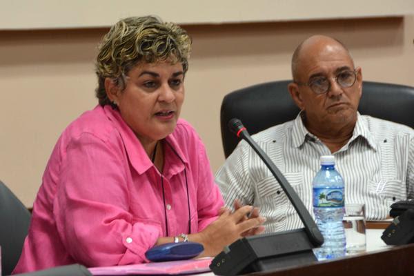 Déborah Rivas Saavedra, directora general de Inversión Extranjera del Ministerio de Comercio Exterior e Inversión Extranjera (Mincex), durante su intervención en la presentación del Segundo Foro de Inversiones, en el Palacio de las Convenciones, en La Habana, el 22 de septiembre de 2017. A su lado Roberto Verrier, director de ProCuba. ACN FOTO/Marcelino VÁZQUEZ HERNÁNDEZ