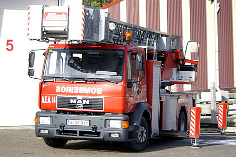 Polémica en la Diputación por la actuación de los bomberos en el incendio de la nave de Barro