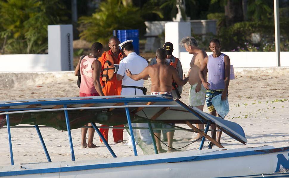 Passageiros do Barco Mira I  conversam com oficiais da Marinha na praia de Aratu após acidente com Lancha da Marinha que  fazia a segurança da Presidente Dilma Rousseff