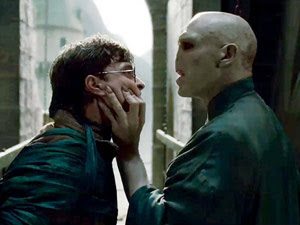 Daniel Radcliffe e Ralph Fiennes em cena de 'Harry Potter e as relíquias da morte - parte 2', que estreia em 15 de julho (Foto: Divulgação/Warner Bros.)