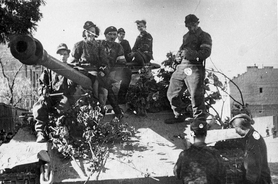 File:Warsaw Uprising by Deczkowki - Wacek Platoon - 15911.jpg
