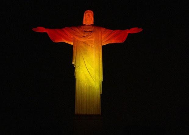 Cristo Redentor é iluminado com as cores da bandeira da Bélgica (Foto: Reprodução/TV Globo)