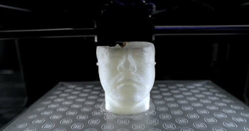 Aqui vemos um modelo 3D de Will.I.Am sendo concebido.  Em outras palavras, um material sintético, alterar will.i.am.