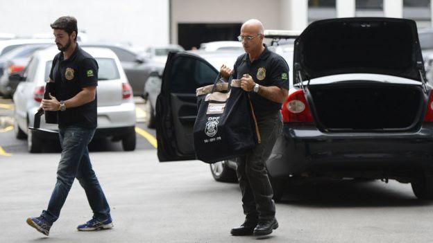 Policiais federais com material recolhido no Rio na Operação Vício, etapa da Lava Jato