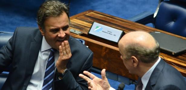 Aécio Neves e José Serra conversam no Senado em foto de 15 de março