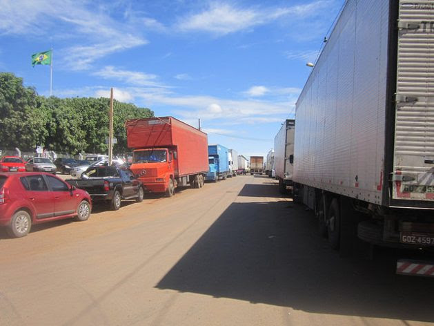 Trucks fill the streets of the Anápolis Agribusiness District, in Brazil, loading or unloading products and raw materials, next to the North-South Railway, which is practically unused, waiting for the concession to be granted to an operator in 2018. Credit: Mario Osava / IPS