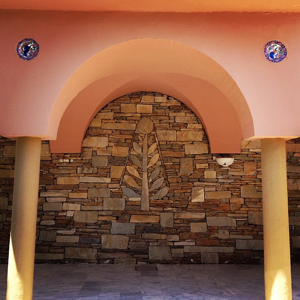 Stone wall design & hand painted glazed plate wall decoration