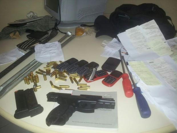 Material apreendido tinha extratos bancários e ferramentas para arrombar caixas eletrônicos (Foto: Antônio Netto/Inter TV Cabugi)