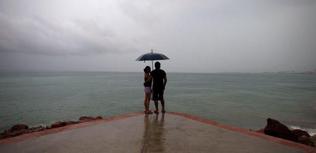 Una pareja a la orilla del mar en Puerto Vallarta. Foto: AP / Rebecca Blackwell