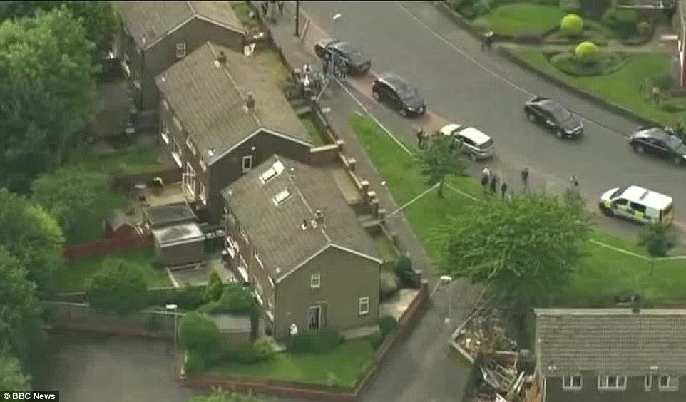 La policía se encuentran actualmente en la escena de un hogar en Birstall, en la foto, entiende que pertenecen al Sr. Mair
