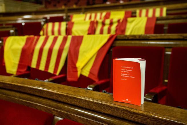 Aspecto de los escaños del PPC, con banderas de España y de Catalunya y un ejemplar con la Constitución Española