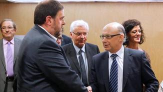 Junqueras i Montoro se saluden abans d'una reunió del Consell de Política Fiscal i Financera (EFE)