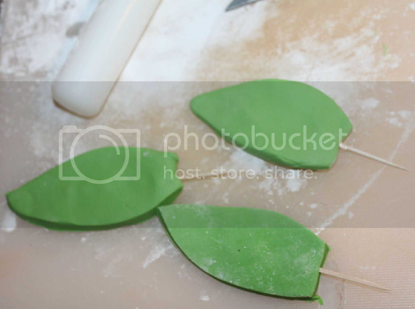 making icing leaves
