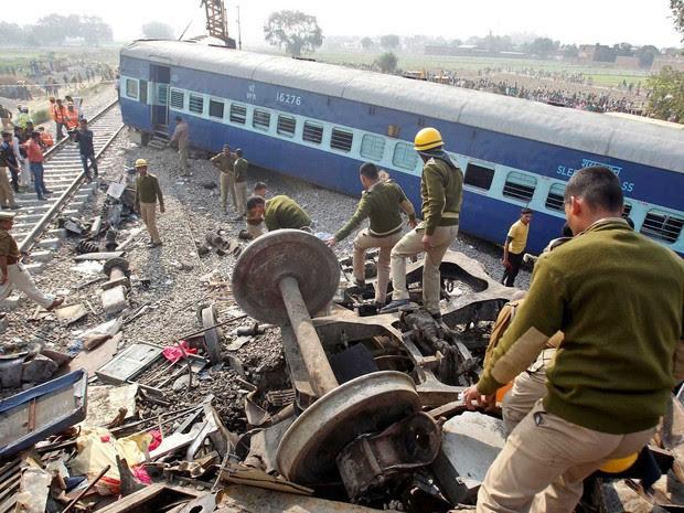 Equipes de resgate buscam por sobreviventes após descarrilamento de trem na Índia, neste domingo (20) (Foto: Jitendra Prakash/ Reuters)