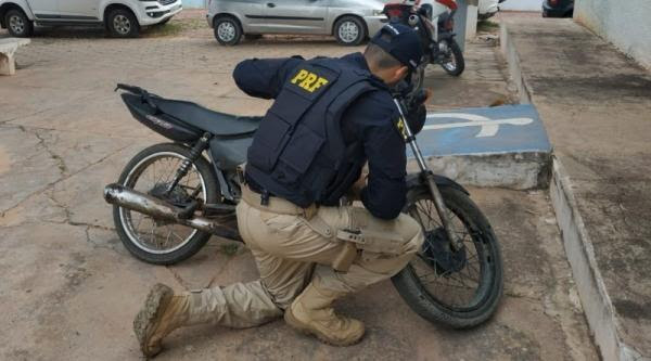 PRF prende condutor na BR-135 e recupera motocicleta que havia sido tomada de assalto há 12 anos(Imagem:Divulgação/PRF)