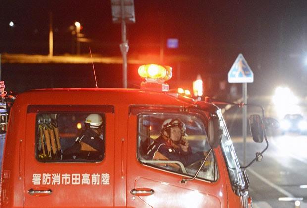 Bombeiros se preparam para evacuar moradores após terremoto no Japão nesta sexta-feira (7) (Foto: Reuters)