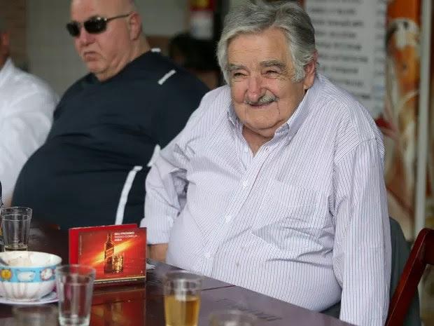O ex-presidente do Uruguai José Mujica almoça feijoada em um boteco da Praça da Bandeira, na região central do Rio de Janeiro, após receber homenagem da Federação das Câmaras de Comércio e Indústria da América do Sul (Federasur) (Foto: Fábio Motta/Estadão Conteúdo)