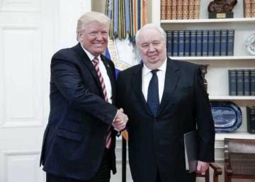 Trump posa sonriente con el polémico embajador ruso al día siguiente de despedir al jefe del FBI