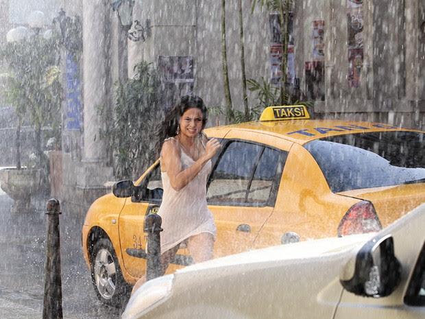 Morena foge pelas ruas de Istambul (Foto: Salve Jorge/TV Globo)